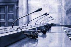 De aanvang van een conferentie, microfoons in de lege conferentieruimte Royalty-vrije Stock Afbeeldingen