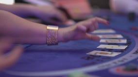 De aanvang van een spel met het uitdelen cads - het Gokken Black Jack stock video