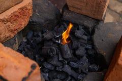 De aanvang van een vuur in een rustieke plaats royalty-vrije stock fotografie
