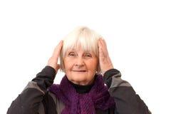 De aap hoort geen kwaad - Oudere vrouw op wit Stock Afbeeldingen