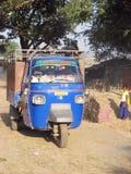 De Aap van Piaggio bij het Indische landelijke dorp Stock Afbeelding