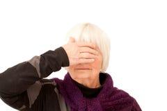 De aap ziet - Oude dameholding ogen overhandigen Royalty-vrije Stock Foto's