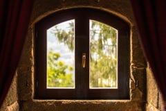 De aard is achter het oude venster stock foto