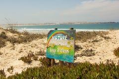 De aard is koel, houdt het schoon, een beroep op de bescherming van aard, vooral de duinen Stock Foto
