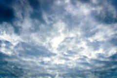 De aard van donkere hemel met bewolkt in de ochtend Stock Foto's
