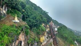 De aard van het de pagodeboeddhisme van bergheuvels Stock Foto
