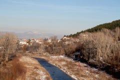 De aard van het land, de huidige blauwe rivier langs de sneeuwkusten royalty-vrije stock foto's