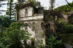 De aard vangt het geruïneerde huis Huis door mensen wordt verlaten die Tkvarcheli royalty-vrije stock foto's