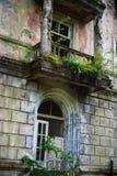 De aard vangt het geruïneerde huis Huis door mensen wordt verlaten die Tkvarcheli royalty-vrije stock afbeeldingen