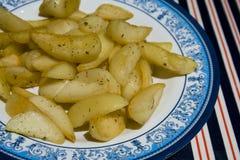De aardappelen in de schil van de oven stock foto
