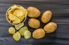 De aardappels en de aardappelproducten, gebraden aardappelplakken, aardappel snijden gebraden getand, braadden aardappelvlokken i Royalty-vrije Stock Foto's