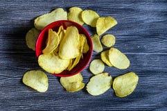 De aardappels en de aardappelproducten, gebraden aardappelplakken, aardappel snijden gebraden getand, braadden aardappelvlokken i Stock Fotografie