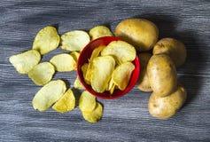 De aardappels en de aardappelproducten, gebraden aardappelplakken, aardappel snijden gebraden getand, braadden aardappelvlokken i Stock Afbeeldingen