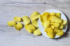 De aardappels en de aardappelproducten, gebraden aardappelplakken, aardappel snijden gebraden getand, braadden aardappelvlokken i Stock Afbeelding
