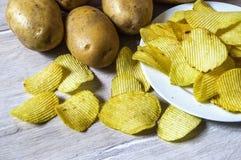 De aardappels en de aardappelproducten, gebraden aardappelplakken, aardappel snijden gebraden getand, braadden aardappelvlokken i Royalty-vrije Stock Afbeeldingen
