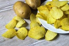 De aardappels en de aardappelproducten, gebraden aardappelplakken, aardappel snijden gebraden getand, braadden aardappelvlokken i Royalty-vrije Stock Afbeelding