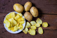 De aardappels en de aardappelproducten, gebraden aardappelplakken, aardappel snijden gebraden getand, braadden aardappelvlokken i Stock Foto