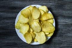 De aardappels en de aardappelproducten, gebraden aardappelplakken, aardappel snijden gebraden getand, braadden aardappelvlokken i Stock Foto's