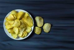De aardappels en de aardappelproducten, gebraden aardappelplakken, aardappel snijden gebraden getand, braadden aardappelvlokken i Royalty-vrije Stock Fotografie