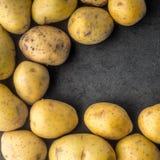 De aardappels op de donkere steen dienen vierkant in Royalty-vrije Stock Fotografie