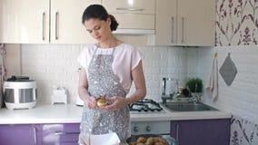 De aardappels van de vrouwenschil bij keuken stock video