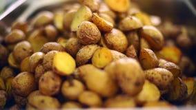 De aardappels zijn rustiek op een bakselblad dat worden opgemaakt stock videobeelden