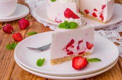 De aardbei geen-bakt kaastaart op een witte plaat stock foto