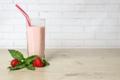 De aardbei van de drank smoothies zomer met munt Royalty-vrije Stock Fotografie