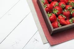 De aardbeiachtergrond van de fruitkom, rode natuurlijke bes op lijst royalty-vrije stock foto's