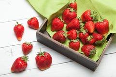 De aardbeiachtergrond van de fruitkom, rode natuurlijke bes op lijst royalty-vrije stock afbeeldingen