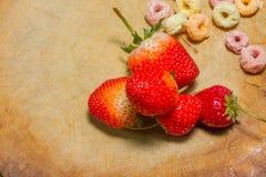 De aardbeien bij het hakken van hout, rotanachtergrond, selecteren nadruk bij Royalty-vrije Stock Foto's