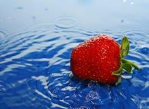 De aardbeien in daling. royalty-vrije stock afbeeldingen