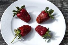 De aardbeien op een plaat, de mooiste en smakelijke aardbeienbeelden, aardbeien op witte achtergrond Stock Foto