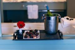 De aardbeien van Champagne en van de chocolade naast ton royalty-vrije stock foto