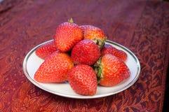 De aardbeien van minnaars op een Wedgewood plateren en rood p Royalty-vrije Stock Foto