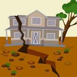 De aardbeving beschadigde huis en de grond splitted in twee delen Stock Foto