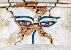 De aardbeving beschadigde ogen van Boedha in Swayambhunath Stock Fotografie