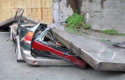 De Aardbeving van Christchurch - Auto die door Muur wordt afgevlakt Stock Fotografie