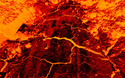 De aarde barst hete lava