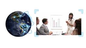 De aarde die als video van bedrijfsmensen draaien verschijnt naast het met de hoffelijkheid van het Aardebeeld van NASA org stock video