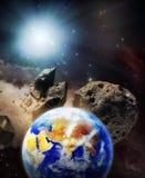 De aarde die op botsingsbaan wordt geplaatst met asteroïden Stock Foto's