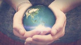 De aarde draait in mensenhanden stock video