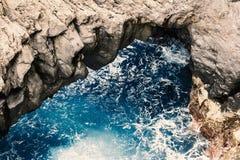 De aarde en het water het naast elkaar bestaan van het aardelement, kleuren van het eiland van Madera, Porto Moniz Stock Foto