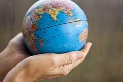 De aarde in handen Stock Fotografie