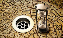 De Aarde van de de Droogtetijd van het waterafvoerkanaal Stock Afbeelding