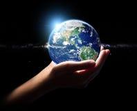 De aarde van de handgreep in het elementenfini van het heelalmilieu Stock Foto's
