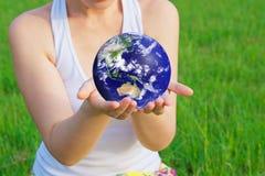 De aarde van de holding in handen Stock Fotografie