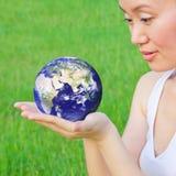 De aarde van de holding in handen Stock Foto's