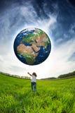 De Aarde van de kindholding in handen Stock Foto