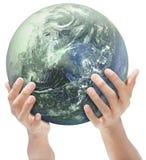 De Aarde van de moeder die door handen wordt aangeboden Stock Foto's